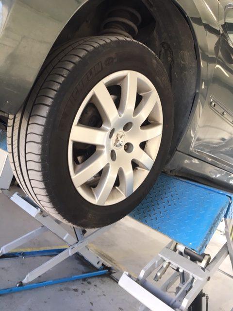 analyse d'un pneu pas cher lors d'une visite technique